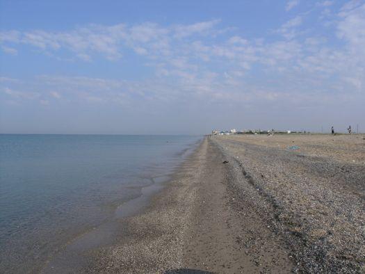 Дикий пляж - отличный вариант для тех, кто развитой инфраструктуре предпочитает природу и кристально чистую воду