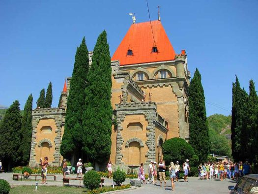 Дворец Гагариной можно узнать по яркой крыше цвета апельсин
