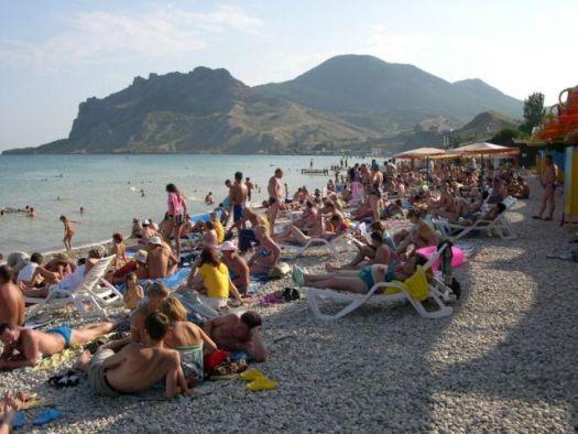 Пляж рядом с пансионатом ''Голубой залив'' оснащён всем необходимым для отличного отдыха