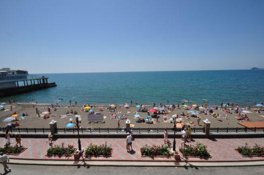 В июле и августе на городском пляже бывает особенно многолюдно