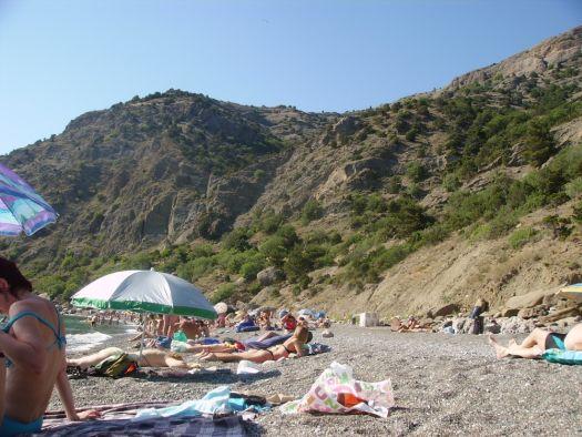 Пляжи Инжира более уединённые, здесь, в окружении сосновых лесов, организован палаточный городок