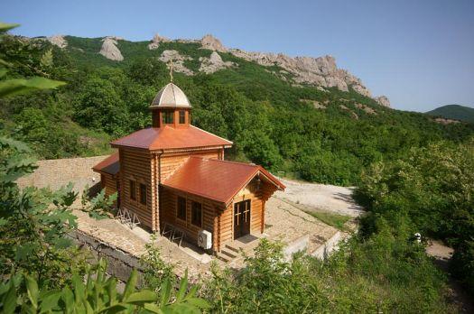 Кизилташский мужской монастырь утопает в сочной зелени