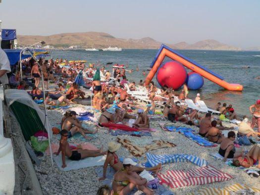В самом начале набережной есть небольшой, но весьма комфортный галечный пляж