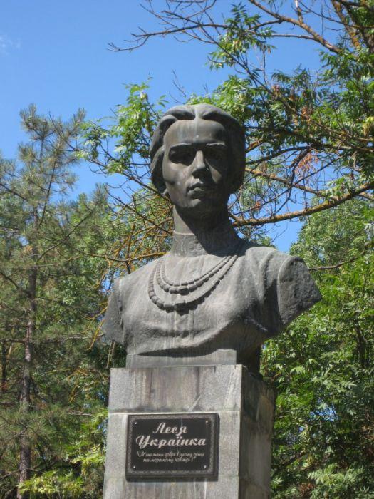 Бюст поэтессе Леси Украинке