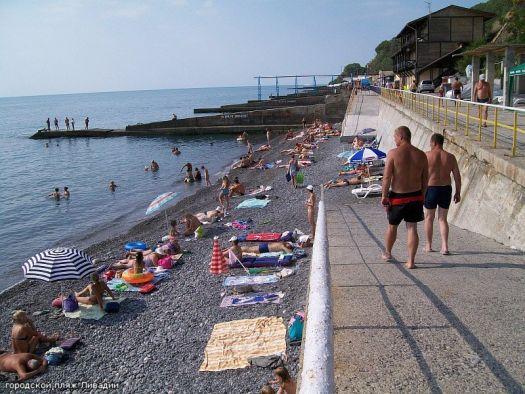 На ливадийском пляже всегда чисто, и людей не очень много