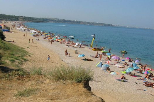 ''Любимовка'' - печосно-галечный пляж протяжённостью свыше 3 км, менее оборудованный, нежели Учкуевка, но более чистый