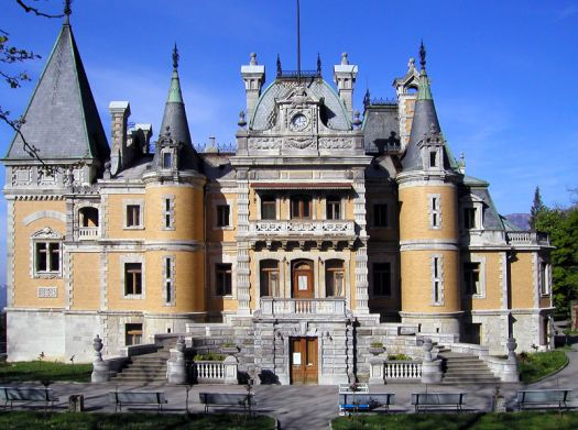 Массандровский дворец расположен в Верхней Массандре на трассе ''Ялта-Алушта''