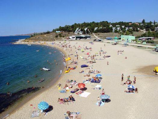 Пляж от турбазы Мокроусова сложен из мелкой гальки, здесь чистая вода и пологий вход в воду