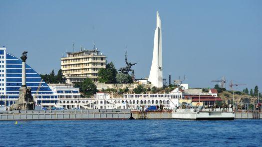 Белоснежный обелиск - своего рода напоминание о боевых заслугах Севастполя