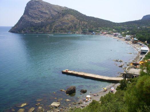 Здешние невероятно красивые места очень любимы кинематографистами и пляжниками, однако дно в синей бухте - каменистое