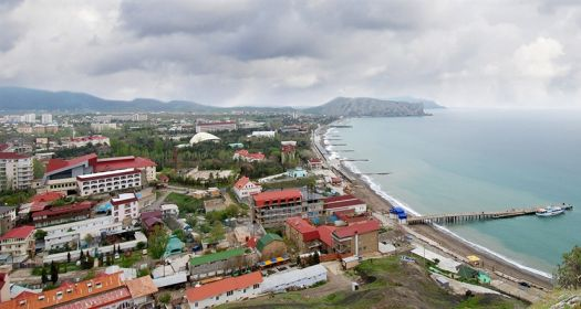 Самый первый пляж (слева) - пляж под крепостью, возле кафе ''Арзы''