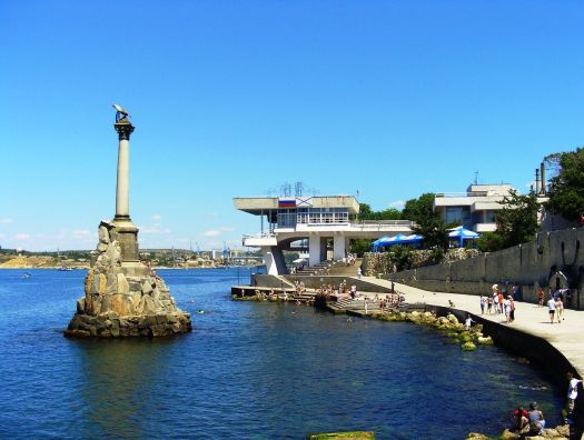 Элегантная колонна с коринфской капителью, увенченная двуглавым орлом