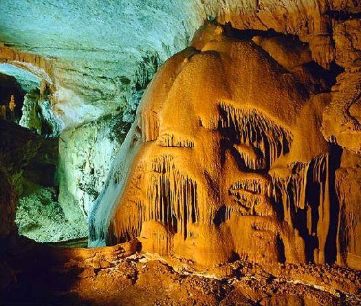 Мраморная пещера - одно из самых известных и красивый природных творений такого рода во всей Европе