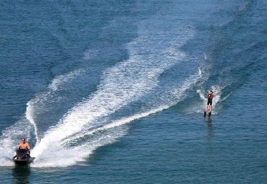 На пляжах ЮБК Вас ждет множество водных развлечений!