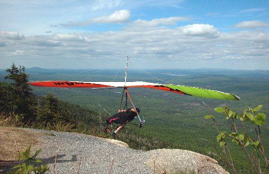 Любители экстремальных видов спорта смогут полетать на дельтаплане, отправившись в клуб дельтапланирования в Феодосии
