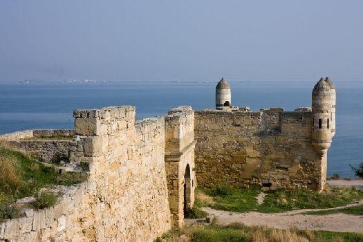 Турецкая крепость Ени-Кале - пять каменных бастионов с мощными стенами, которые в свое время выдерживали длительные осады и пушечный огонь