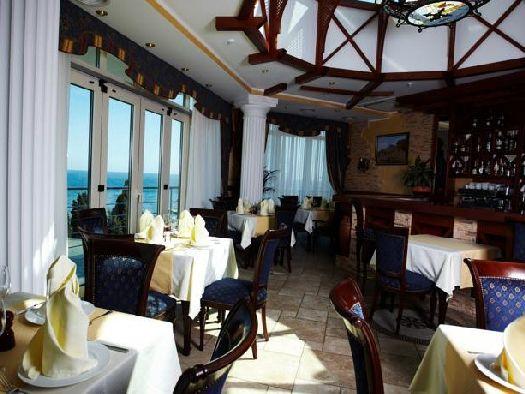 Из окон ресторана открывается замечательный вид на море