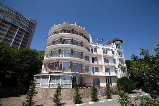 Частный отель ''Лазурный'' находится у подножия горы Кастель, расстояние до моря составляет около 70 м. (спуск по винтовой лестнице). Его крышу украшает изящный СПА-бассейн.
