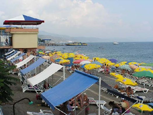 Собственный пляж с теневыми навесами, шезлонгами и зонтиками