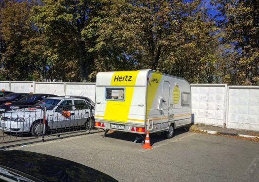 В Крыму прокатная фирма Hertz располагается в небольшом вагончике недалеко от аэропорта Симферополя на стоянке автомобилей