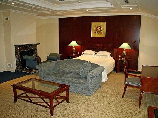 Уютный номер со спальней и рабочей зоной