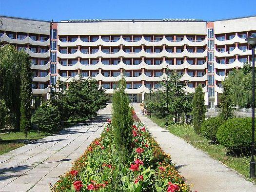 Здание санатория ''Приморье'' c цветущей аллеей