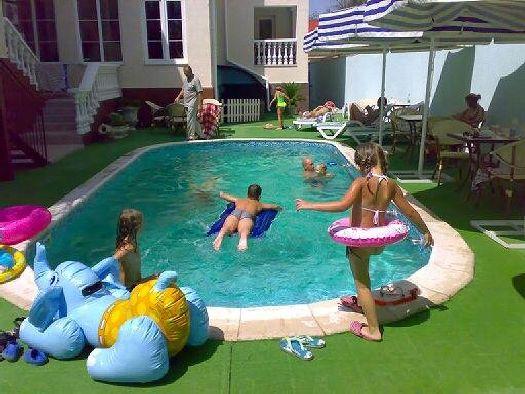 Небольшой бассейн во внутреннем дворике