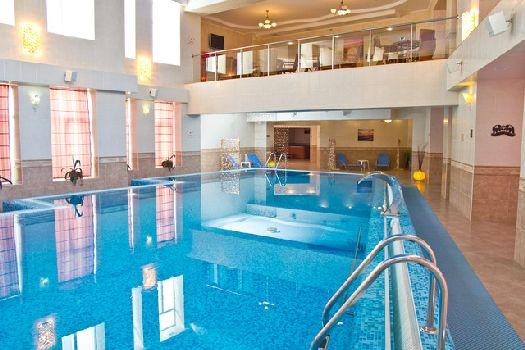 Внутри отеля - плавательный бассейн