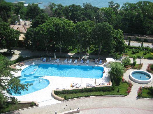Большой бассейн с лаунж зоной