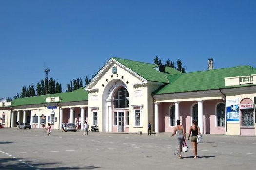 В целом отдых в Феодосии гораздо экономичнее, чем на других крымских курортах, поэтому приличный отель не будет стоить чрезмерно дорого