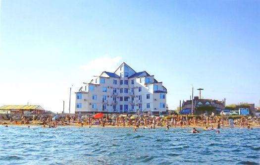 Береговую линии Феодосии украшают многочисленные отели и гостевые дома, соревнующиеся друг с другом не только внутренним убранством, но также красотой и изящностью внешнего облика