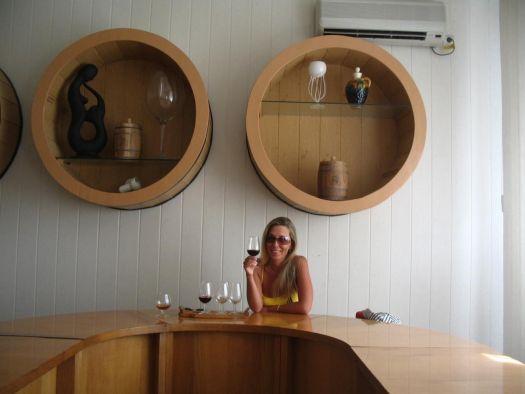 На всех крупных винных заводах Крыма проводятся экскурсии, после которых можно продегустировать знаменитые напитки