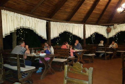 В Водолее можно спокойно поужинать, никуда не торопясь, ведь ресторан открыт до полуночи