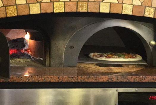 В кафе Встреча подают огромную, вкусную, сытную пиццу, только что из печи!