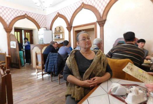 В Карамане простой сдержанный интерьер, очень вкусная, национальная еда и всегда полный зал