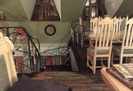 В кафе Антресоль интерьер подобран до мелочей и создает душевную атмосферу