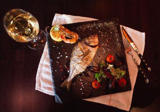Отдыхая в морском городе, в кафе и ресторанах обязательно нужно попробовать свежеприготовленную рыбу