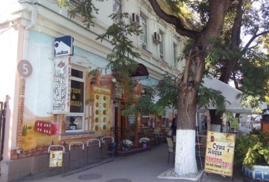 С виду неприметное кафе Старый город, внутри удивляет антуражной обстановкой и радует вкусной едой