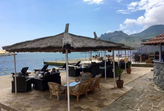 В жаркий день в Зодиаке можно поесть на берегу моря, непосредственно у воды