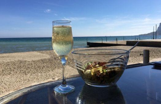 Еда в кафе кажется еще вкуснее, если кафе находится на берегу Черного моря