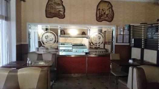 Простая, незатейливая обстановка кафе Эллас располагает к спокойному, размеренному принятию пищи