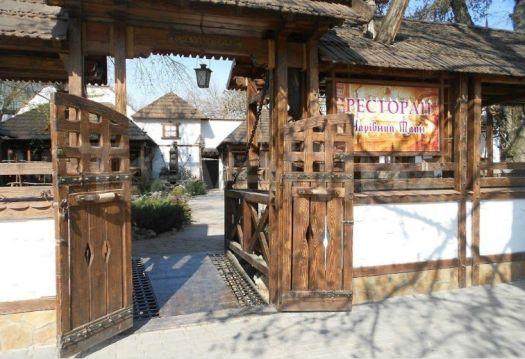 Стиль украинской деревни выдержан во всем - от вывески на входе, написанной на украинском - Чаривный млин - до униформы официантов