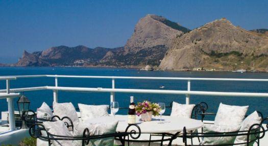 В Бригантине вы можете не только пообедать, но и насладиться видом на горы, обрамляющие Судакскую бухту