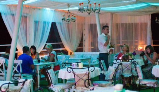 Ужин в Бригантине можно сравнить с чудесным вечером на палубе морского лайнера