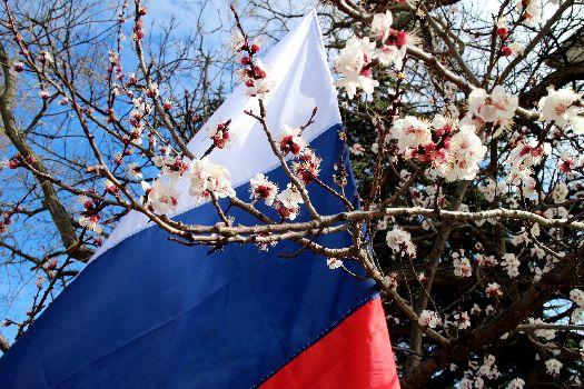 Под флагом России крымчане чувствуют больше надежности и уверенности, но и проблем у полуострова по прежнему предостаточно