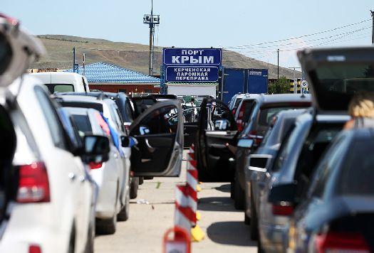 Не меньшие очереди в высокий сезон наблюдаются и в керченском порту!