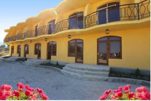 Название гостиницы, скорее всего, обсуловлено её карамельным цветом фасада