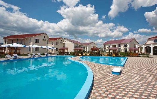 Практически все отели Коктебеля характеризуются небольшим номерным фондом и компактной (но при этом не лишённой уюта) прилегающей территорией