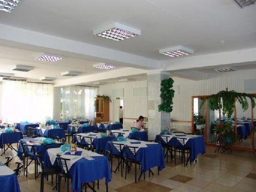 Кондиционированный обеденнный зал столовой, питание - трёхразовое