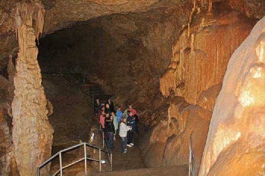 В пещерах прохладно, поэтому посетить их куда удобней в зимней одежде, чем в шортах и футболке летом